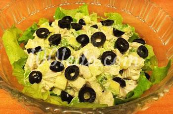 Салат из курицы с сыром и авокадо